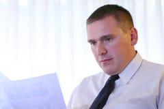 Hombres de negocios - documentos de la lectura Foto de archivo libre de regalías
