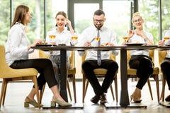 Hombres de negocios durante un almuerzo en el restaurante imagen de archivo libre de regalías