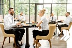 Hombres de negocios durante un almuerzo en el restaurante imágenes de archivo libres de regalías