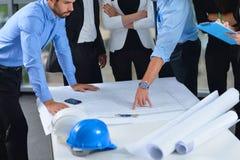 Hombres de negocios e ingenieros en la reunión fotos de archivo
