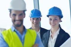 Hombres de negocios e ingenieros en la reunión imagenes de archivo