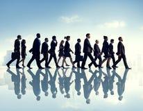 Hombres de negocios el caminar de trabajo ocupado del viajero urbano de la escena Imágenes de archivo libres de regalías