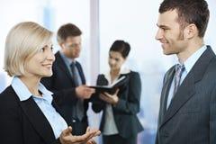 Hombres de negocios el hablar imagenes de archivo