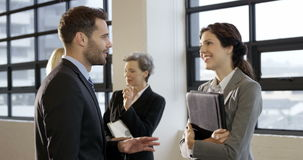 Hombres de negocios el hablar