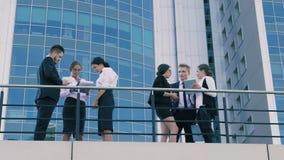 Hombres de negocios elegantes de la ciudad que discuten su negocio al aire libre metrajes