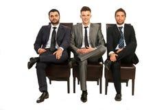 Hombres de negocios elegantes que sientan sillas Fotos de archivo libres de regalías