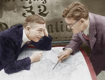 Hombres de negocios emocionados que encuentran con el mapa (todas las personas representadas no son vivas más largo y ningún esta imagen de archivo