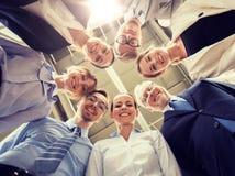 Hombres de negocios en círculo en la oficina fotografía de archivo