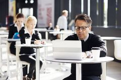 Hombres de negocios en café Fotografía de archivo