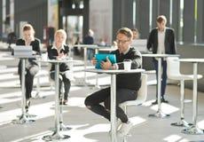 Hombres de negocios en café Fotos de archivo libres de regalías