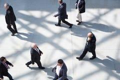 Hombres de negocios en caminar justo Fotos de archivo