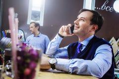 Hombres de negocios en el café, interior Imagenes de archivo
