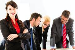 Hombres de negocios en el funcionamiento de la oficina como equipo Imagen de archivo libre de regalías
