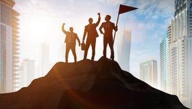 Hombres de negocios en el logro y el concepto del trabajo en equipo imagen de archivo libre de regalías