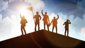 Hombres de negocios en el logro y el concepto del trabajo en equipo imágenes de archivo libres de regalías