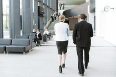 Hombres de negocios en el pasillo del edificio de oficinas Imagen de archivo
