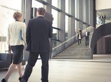 Hombres de negocios en el pasillo del edificio de oficinas Fotografía de archivo libre de regalías