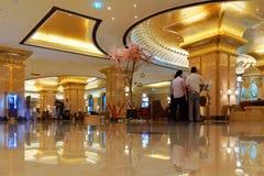 Hombres de negocios en el pasillo del hotel del palacio de los emiratos, Abu Dhabi fotografía de archivo libre de regalías