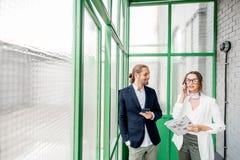 Hombres de negocios en el pasillo verde foto de archivo libre de regalías