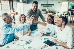Hombres de negocios en el trabajo en concepto del trabajo en equipo de la oficina imagen de archivo