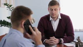 Hombres de negocios en el trabajo Dos hombres en la oficina almacen de video