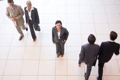 Hombres de negocios en espacio de oficina fotos de archivo