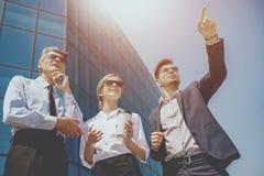 Hombres de negocios en fondo del edificio solar Imágenes de archivo libres de regalías