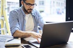 Hombres de negocios en la conexión inalámbrica azul de la camisa a Internet en oficina Fotografía de archivo libre de regalías