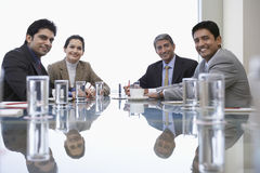 Hombres de negocios en la mesa de reuniones Imagenes de archivo