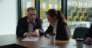 Hombres de negocios en la mesa de reuniones metrajes