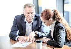 Hombres de negocios en la mesa de reuniones Foto de archivo
