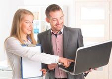 Hombres de negocios en la oficina imagen de archivo libre de regalías