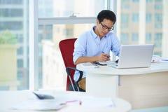 Hombres de negocios en la oficina Fotos de archivo