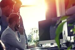 Hombres de negocios en la oficina conectada en Internet Concepto de compañía de lanzamiento Foto de archivo