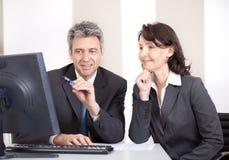 Hombres de negocios en la oficina en la reunión Foto de archivo libre de regalías