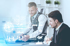 Hombres de negocios en la oficina, entonada, gráficos Imagenes de archivo