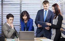 Hombres de negocios en la oficina que analizan el problema Imagen de archivo libre de regalías