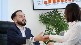 Hombres de negocios en la oficina que trabaja en la tableta metrajes