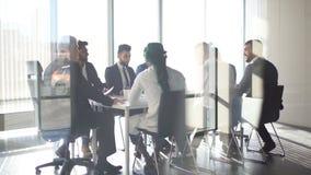 Hombres de negocios en la opinión de sala de reunión a través del vidrio Negocio y espíritu emprendedor metrajes