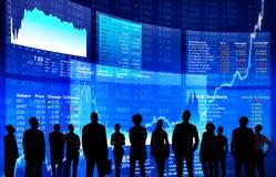 Hombres de negocios en la pared del mercado de acción Foto de archivo libre de regalías
