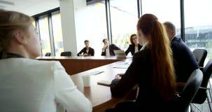 Hombres de negocios en la reunión corporativa metrajes