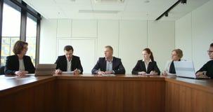 Hombres de negocios en la reunión corporativa
