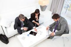 Hombres de negocios en la reunión financiera. imagenes de archivo