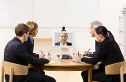 Hombres de negocios en la reunión video Fotos de archivo libres de regalías