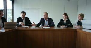 Hombres de negocios en la reuni?n corporativa almacen de video