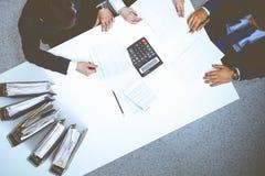 Hombres de negocios en la reuni?n, visi?n desde arriba Contable o inspector financiero que hace informe, el c?lculo o la comproba foto de archivo libre de regalías