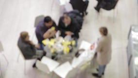Hombres de negocios en las mesas redondas en negociaciones almacen de metraje de vídeo