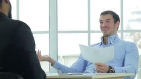 Hombres de negocios en las negociaciones almacen de metraje de vídeo