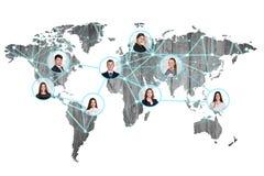 Hombres de negocios en mapa del mundo digital Imagen de archivo libre de regalías