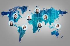 Hombres de negocios en mapa del mundo digital fotografía de archivo